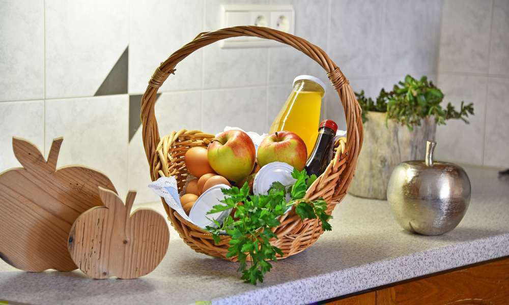 Unser leckerer Frühstückskorb am Hof mit eigenen Erzeugnissen